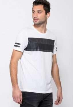 חולצת טי עם הדפס פס חזה