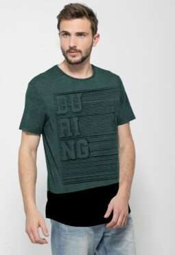 חולצת טי עם הדפס טיפוגרפי ומראה שכבות