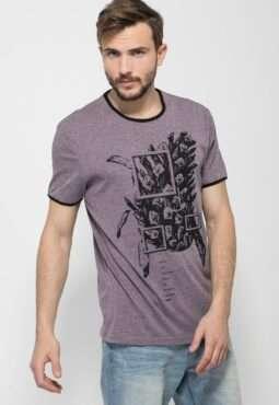 חולצת טי הדפס עם צווארון וסיומת שרוול בצבע קונטרסטי