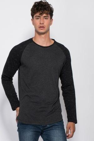 חולצת טי בשילוב שרוולים בצבע קונטרסטי