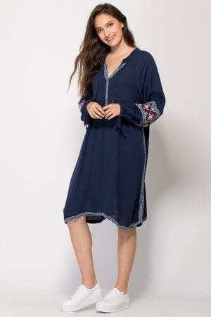 שמלת בוהו עם רקמה בשילוב צבעים וגדילים