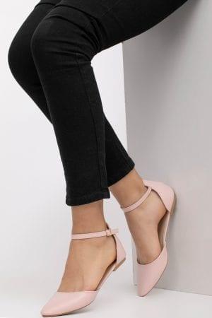 נעל שטוחה בעלת רצועה נסגרת על הקרסול