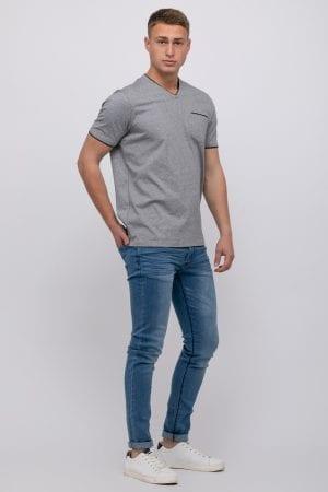 חולצת טי עם פתח צוואר וי בטקסטורת מלאנג'
