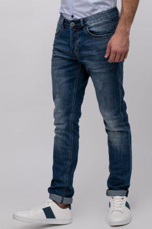 ג'ינס כחול עם שפשופים קלים