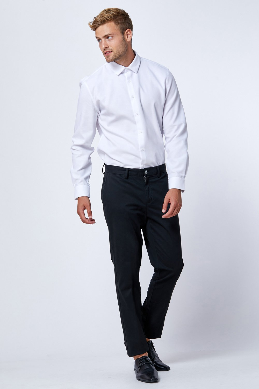 חולצה לבנה מחויטת