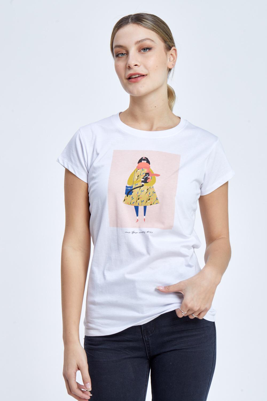 חולצת טי הדפס אישה עם צעיף וחתול
