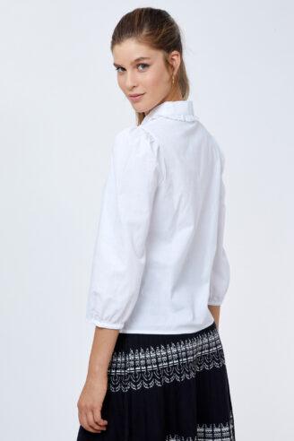 חולצה לבנה עם אלמנט תחרה עדינה